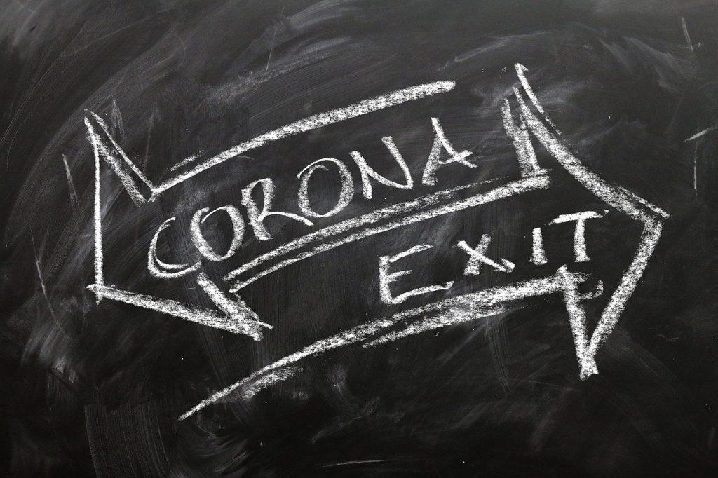 schwarze Taffel mit Hinweisen auf Corona-Virus